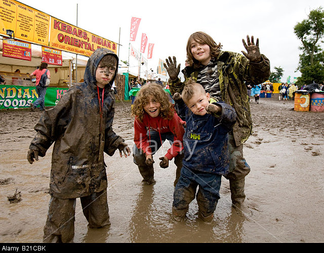 B21CBK Children Playing In The Mud Glastonbury Festival Somerset UK Europe. Image shot 2008. Exact date unknown.
