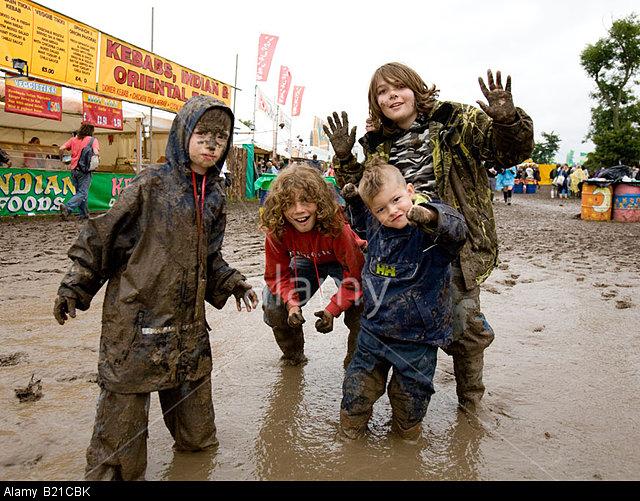 B21CBK Children Playing In The Mud Glastonbury Festival Somerset UK Europe. Image shot 2008. Exact date unknown.