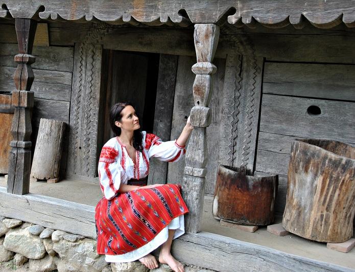 in costum de gorj la muzeul satului  de la curtisoara.JPG