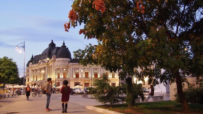Piata Revolutiei din Bucuresti, pe inserat.JPG