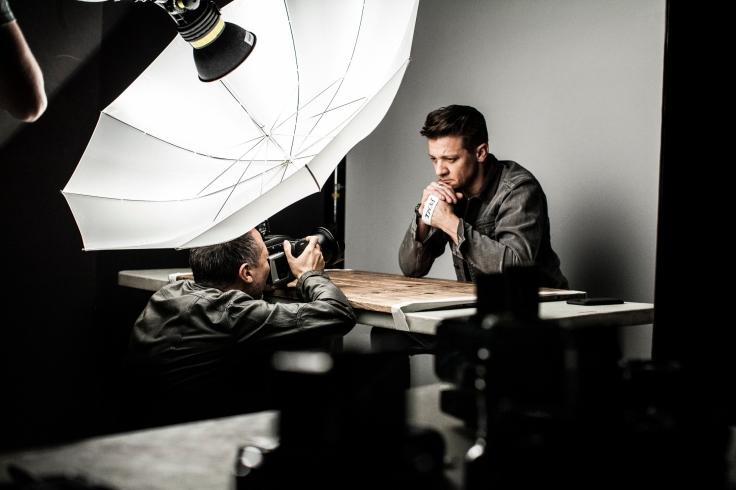 Jeremy Renner pozând pentru calendarul Lavazza.jpg