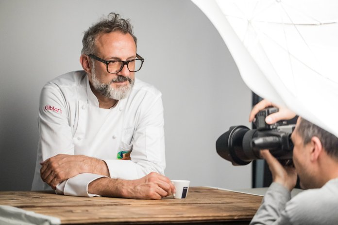 Massimo Bottura pozând pentru calendarul Lavazza