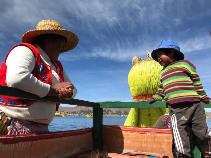 Lacul Titicaca spre Insula plutitoare Uros, mama si copil-Foto Clara Duran.jpg