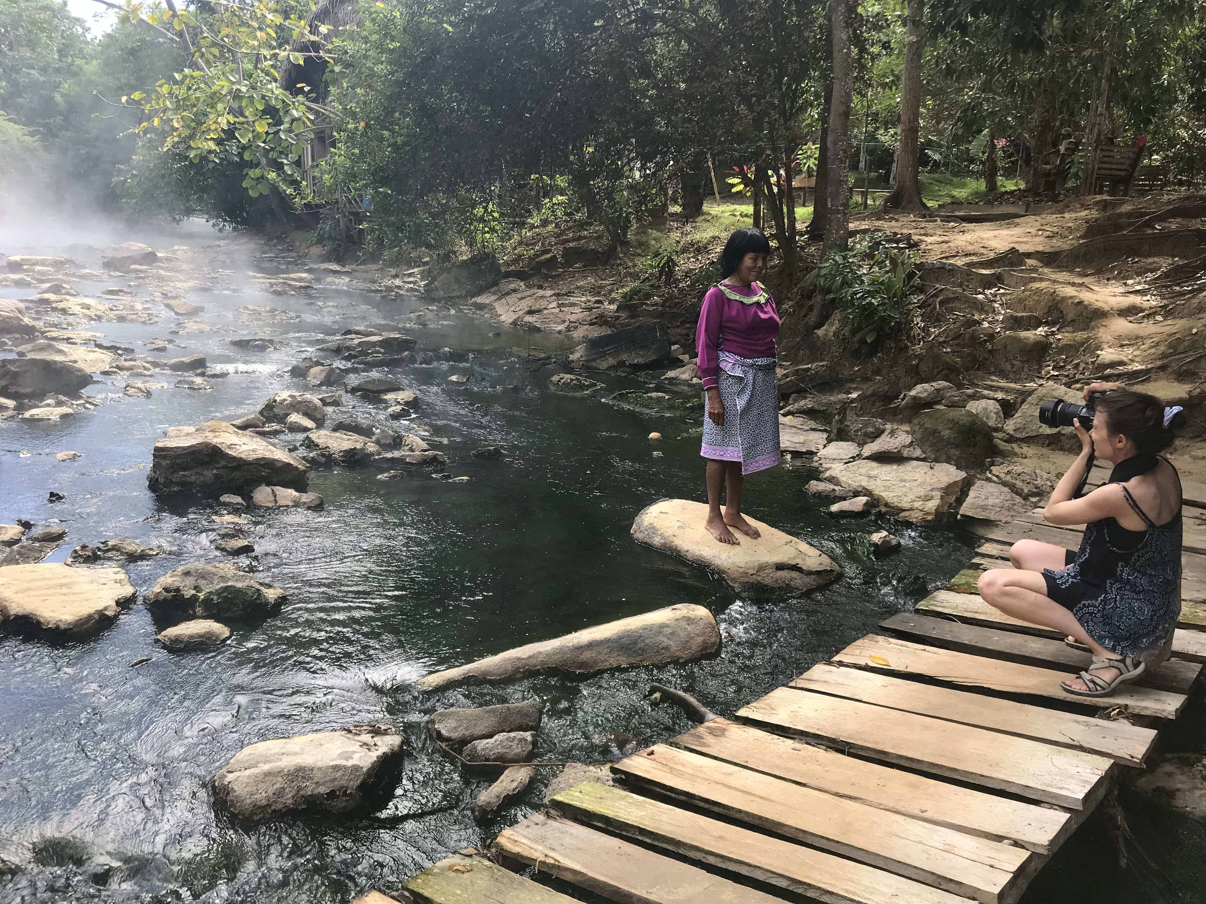Padurea Amazoniana in raul volcanic Aguas Calientes, cu Juanita din Comunidad Nativa Vista Alegre-Foto Clara Duran.jpg