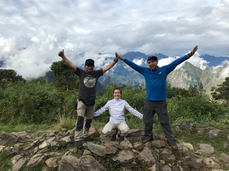 Trekking Salkantay ziua 3, Machu Picchu in spatele nostru, cu ghizii Amadeo Valer si Julio Cesar Barrientos-Foto Clara Duran.jpg